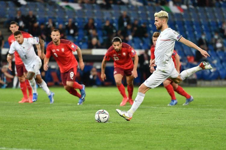 Gelandang Italia, Jorginho, kala melakukan eksekusi penalti dalam laga Kualifikasi Piala Dunia 2022 versus Swiss di St Jakob-Park, Basel, 5 September 2021.