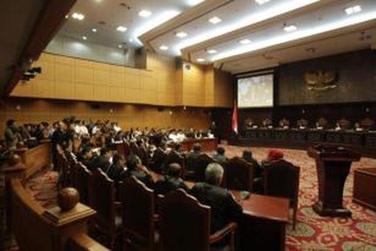 Suasana sidang perdana perselisihan hasil pemilihan umum (PHPU) presiden dan wakil presiden 2014 di Mahkamah Konsistusi, Jakarta, Rabu (6/8/2014). Agenda sidang adalah pemeriksaan perkara, di mana Prabowo-Hatta sebagai pemohon harus membacakan ringkasan perkaranya di depan sembilan hakim MK.