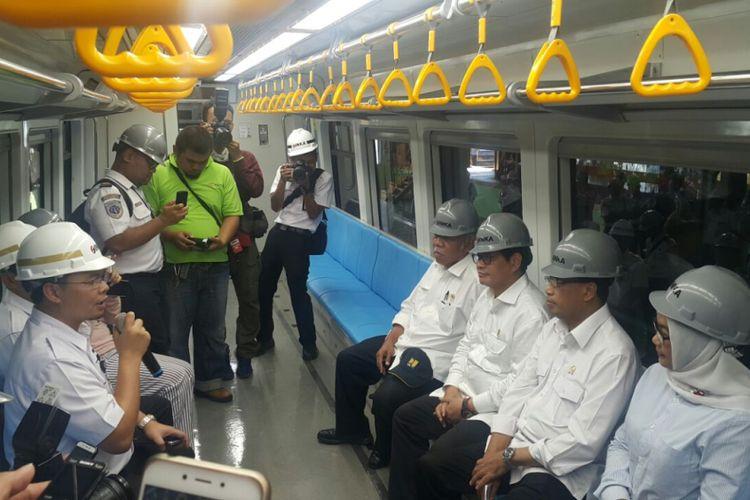 Menteri Perhubungan, Budi Karya Sumadi, Menteri PUPR, Basuki Hadimuljono dan Sekretaris Kabinet, Pramono Anung duduk di kereta LRT buatan PT INKA  yang akan digunakan membawa atlet Asean Games di Palembang, Selasa ( 29/5/2018) sore.