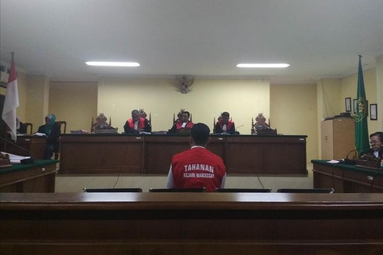 Muhammad Rusdi (21), terdakwa kasus pembunuhan Aldama Putra Pongkala, taruna tingkat 1 ATKP Makassar saat bersaksi di Pengadilan Negeri Makassar, Rabu (10/7/2019).