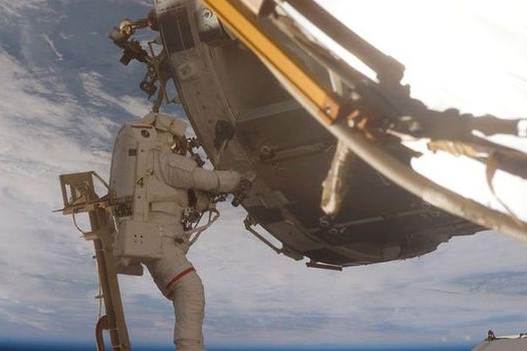 Salah satu astronot sedang space walk dalam misi mengganti baterai solar di ISS