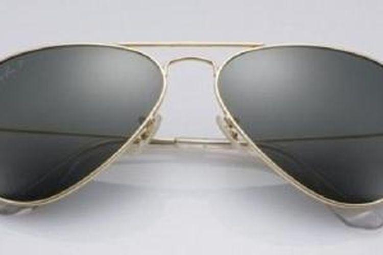 Kacamata Ray Ban yang berlapiskan emas 18 karat