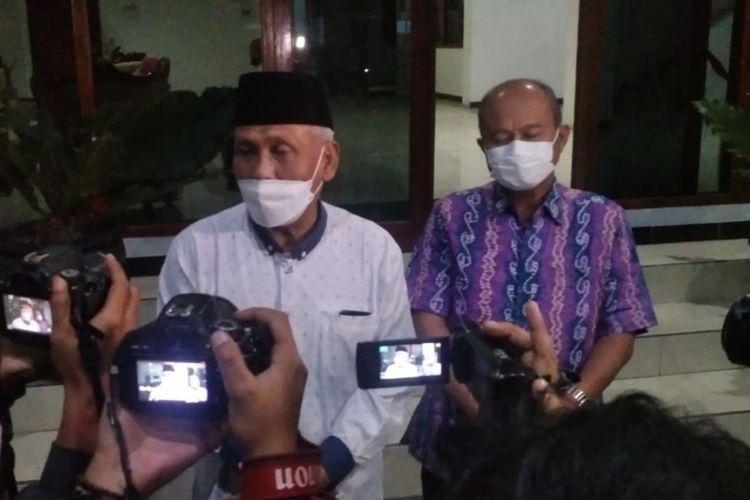 Wakil Bupati Banjarnegara Syamsudin (kiri) didampingi Sekda Indarto memberikan keterangan kepada wartawan, Sabtu (4/9/2021) malam.