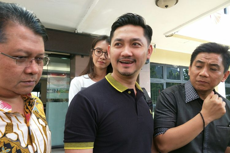 Kuasa hukum Dewi Perssik, Sandi Arifin (kanan) didampingi Angga Wijaya (tengah) mendatangi Polres Metro Jakarta Selatan, Kebayoran Baru, Senin (8/7/2019).