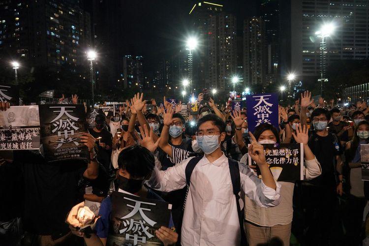 Orang-orang berkumpul untuk memperingati tragedi Tiananmen 1989 pada 4 Juni 2020. Puluhan ribu orang di Hong Kong juga ikut memperingatinya dengan menyalakan lilin dan menyuarakan slogan demokrasi.