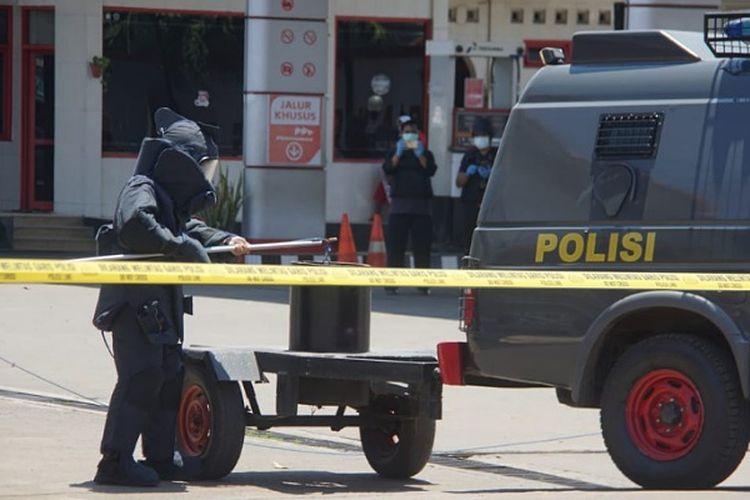 Tim Jihandak Bimob pekalongan Jawa Tengah memasukkan benda mencurigakan ke drum.
