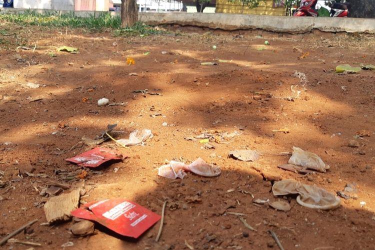 Kondom bekas dan kemasan kondom berserakan di Taman Tubagus Angke, Jakarta Barat, Jumat (20/9/2019)