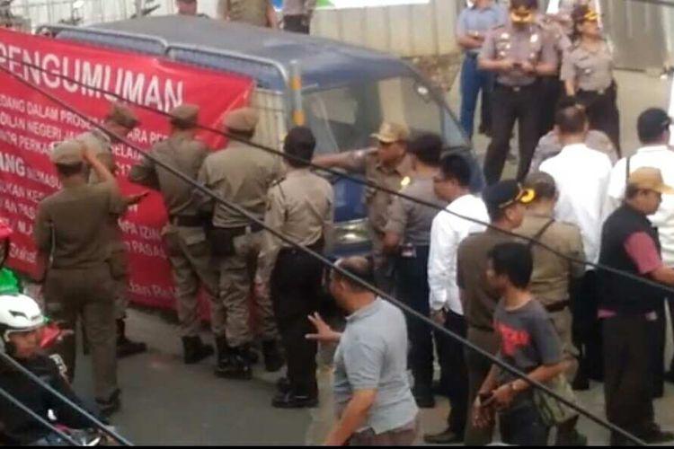 Pemerintah Kota Administrasi Jakarta Selatan mengambil alih lahan warga di Jalan Panglima Polim Raya yang sedang diperkarakan di pengadilan, Kamis (7/9/2017).