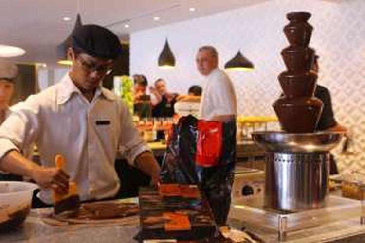 Koki Indonesia sedang mengolah coklat dari Belgia, saat kedatangan putri Belgia dalam acara Misi Ekonomi Belgia di Pulman Hotel, Senin (14/3/2016).