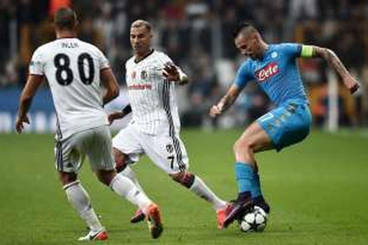 Gelandang Napoli, Marek Hamsik (kanan), tampil dalam laga Liga Champions kontra Besiktas, di Vodafone Arena, Selasa (1/11/2016) waktu setempat.