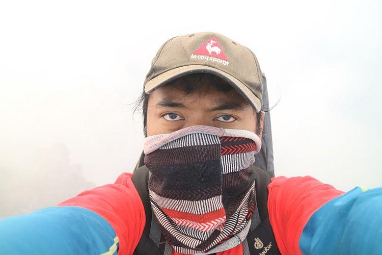 Pendaki menggunakan buff saat melintas komplek kawah Gunung Slamet, Jawa Tengah. Gunung Slamet merupakan salah satu gunung api aktif di Indonesia.