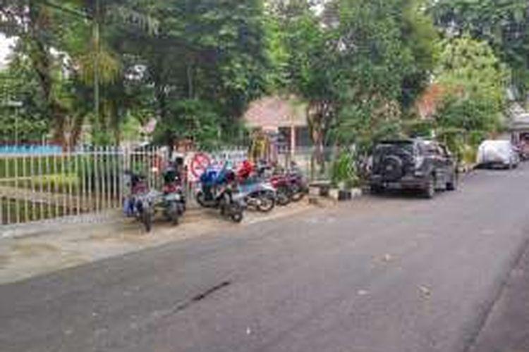 Suasana di jalan sekitar RPTRA Kenanga, Cideng, Jakarta Pusat, Rabu (3/2/2016). Sebelumnya Gubernur DKI Jakarta Basuki Tjahaja Purnama mengatakan ada RPTRA yang disalahgunakan untuk tempat pencucian mobil dan motor