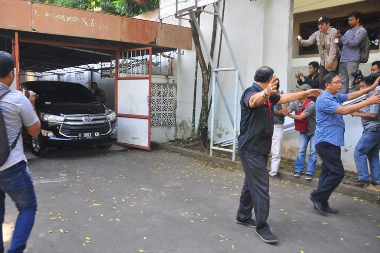 Petugas KPK menggeledah rumah dinas Sekda Kudus di Jalan Sunan Muria, Kabupaten Kudus, Jawa Tengah, Jumat (26/7/2019) siang.