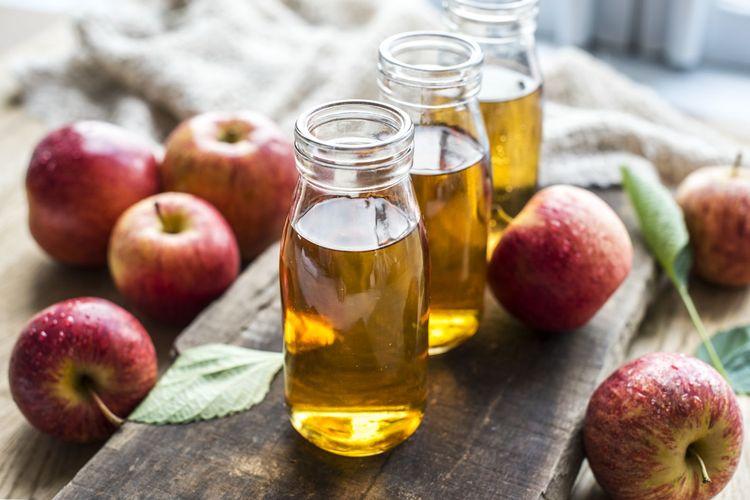 Bakteri tidak suka tumbuh di lingkungan asam, sehingga obat kumur cuka sari apel atau cuka putih dapat mengurangi pertumbuhan bakteri, yang pada akhirnya dapat dicoba sebagai salah satu cara menghilangkan bau mulut.
