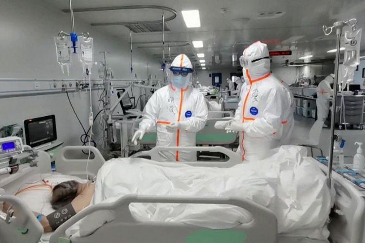 Petugas medis memeriksa pasien Covid-19 di Rumah Sakit Leishenshan, Wuhan, China. Rumah sakit itu bakal ditutup setelah pasien terakhir virus corona dipindahkan.