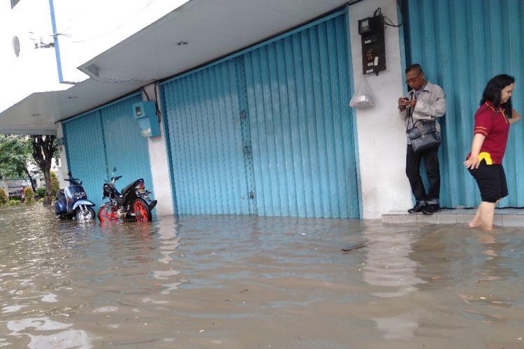 Salahsatu Toko yang di ruko Grosir Tekstil, Mangga Dua, Jakarta Utara yang terendam banjir, Selasa (5/3/2019)