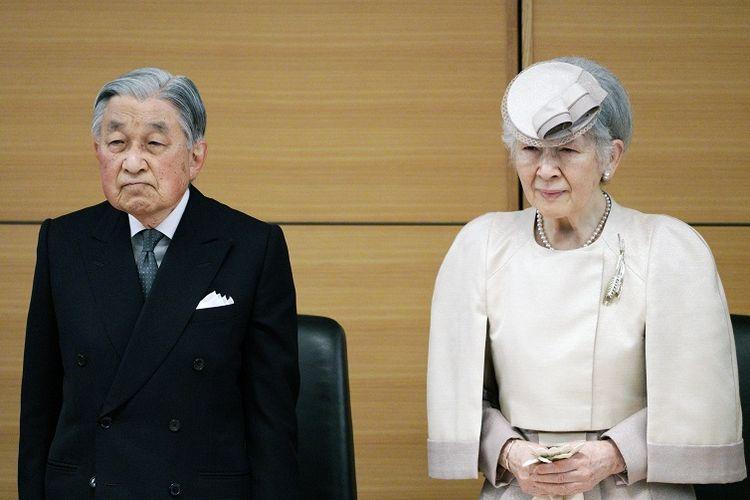 Kaisar Emiritus Jepang Akihito (kiri) dan Permaisuri Emirita Michiko (kanan).