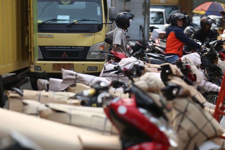Sejumlah sepeda motor yang akan dikirim para pemudik dengan menggunakan kereta di Stasiun Senen, Jakarta, Minggu (10/6/2018). Pengiriman motor ke daerah meningkat hingga dua kali lipat menjelang arus mudik dan Hari Raya Idulfitri 2018