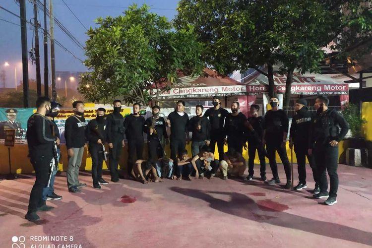 Tim Pemburu Preman Polres Metro Jakarta Barat saat mengamankam lima pemuda di Kampung Duri, Cengkareng, Jakarta Barat yang hendak tawuran, Minggu (7/6/2020) dini hari.