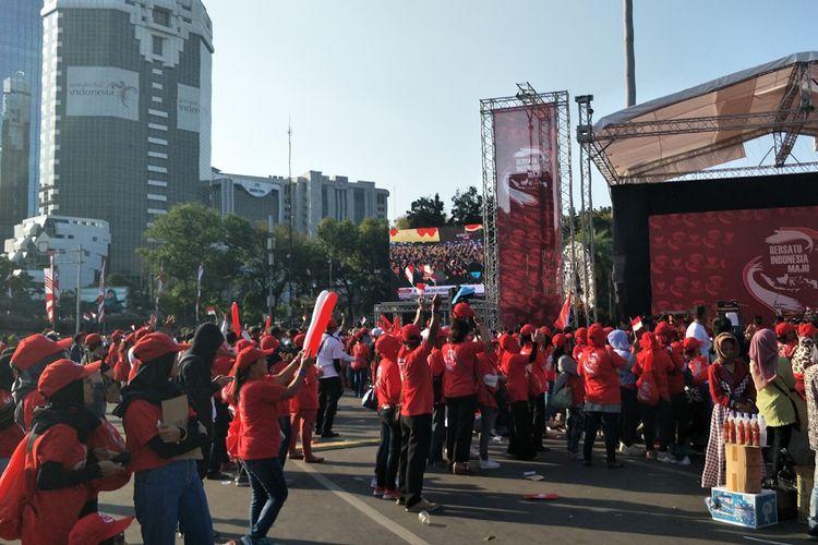 Relawan Joko Widodo-Maruf Amin bertepuk tangan dan bersorak sorai saat menonton bareng (nobar) pelantikan Jokowi-Maruf lewat layar besar di kawasan Monas, Jakarta Pusat, Minggu (20/10/2019).