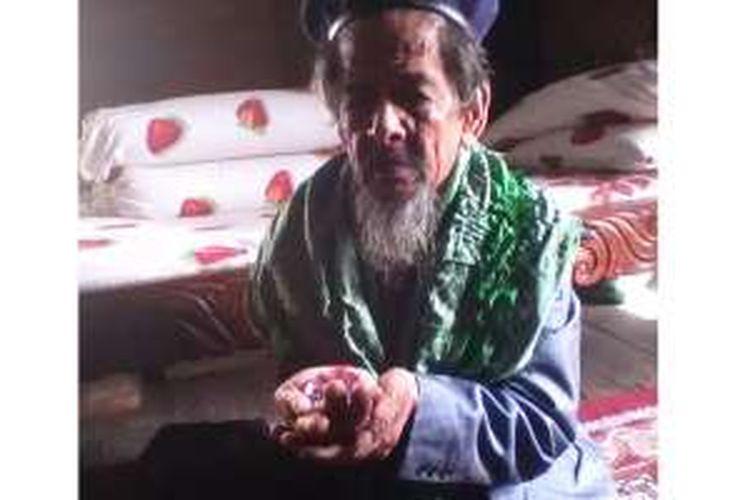 Qarsing, warga Desa Bulu Cendrana, Kecamatan Pitu Riawa, Kabupaten Sidrap, Sulawesi Selatan, memperlihatkan berlian seberat 222 gram yang dijualnya seharga Rp 6,966 triliun. Uang hasil penjualan akan ia sumbangkan.