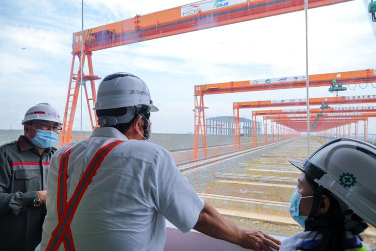 Menteri Koordinator Bidang Kemaritiman dan Investasi Luhut Binsar Pandjaitan meninjau proyek pembangunan Kereta Cepat Jakarta-Bandung, Senin (12/4/2021).