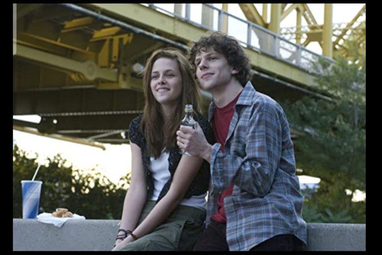 Jesse Eisenberg dan Kristen Stewart dalam film Adventureland (2009).