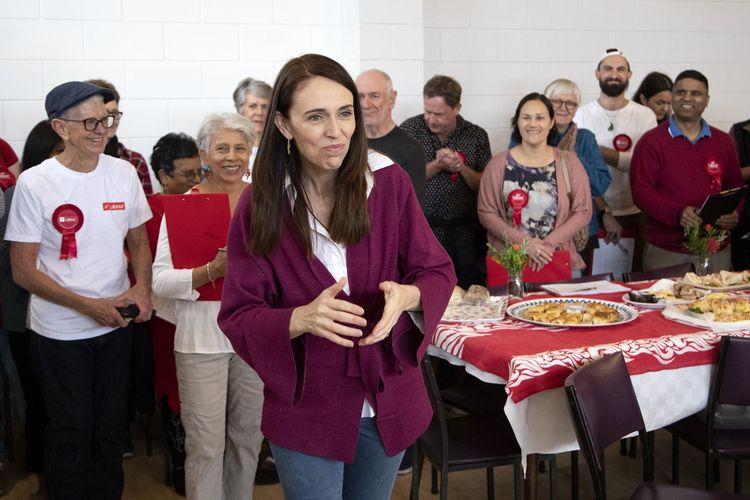 Perdana Menteri Selandia Baru Jacinda Ardern mengucapkan terima kasih lewat gestur kepada pegawai electorate di Auckland, pada Sabt, 17 Oktober 2020, di mana Negeri Kiwi tengah menggelar pemilihan umum.