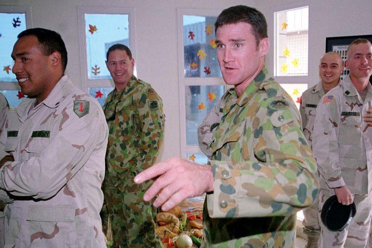 Tentara dari resimen Special Air Service (SAS) berada di Kuwait merayakan Thanksgiving bersama pasukan AS, 22 November 2001.