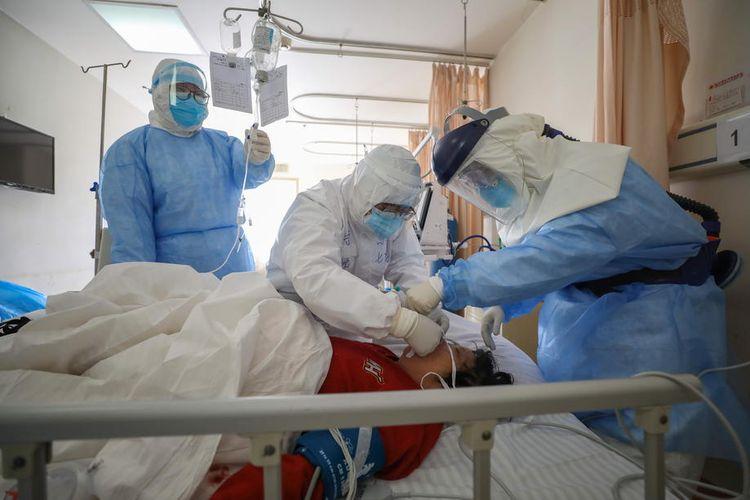 Dokter merawat pasien virus corona di Wuhan, China  EPA-EFE/STRINGER CHINA OUT