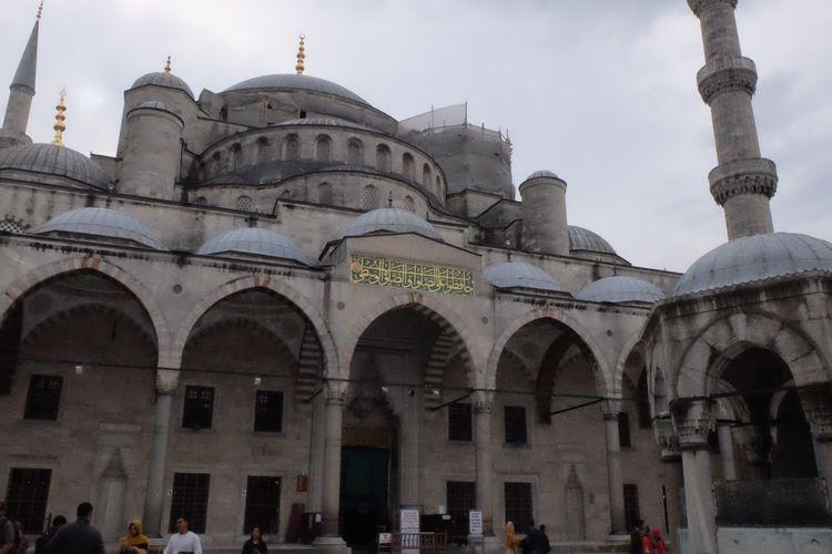 Masjid Sultan Ahmed atau dikenal Masjid Biru di Istanbul, Turki.
