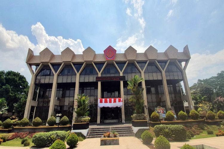 Logo atau lambang TNI terpasang di atas gedung kantor Wali Kota Magelang, Rabu 925/8/2021).