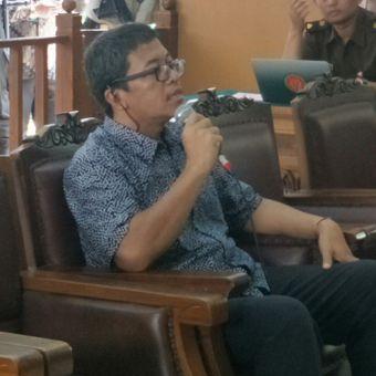 Peneliti dari Pusat Kajian Terorisme dan Konflik Sosial Universitas Indonesia Solahudin saat bersaksi sebagai saksi ahli dalam sidang kasus peledakan bom di Jalan MH Thamrin pada 2016 dengan terdakwa Aman Abdurrahman di Pengadilan Negeri Jakarta Selatan, Selasa (17/4/2018).