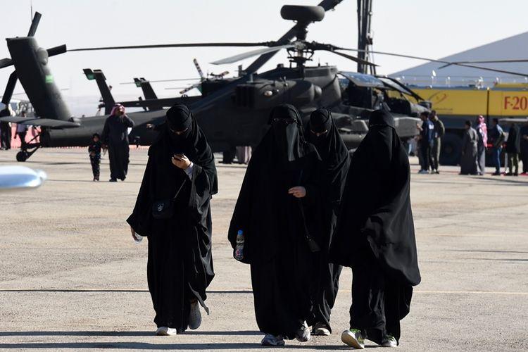 Perempuan Arab Saudi saat mengunjungi pameran penerbangan di bandara Thumamah, pada 11 Januari 2018.