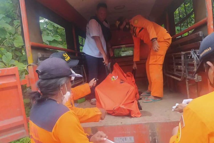 Tim SAR Gabungan mengevakuasi jasad Parto Doto (80)di sekitar bendungan Sidorejo, Kecamatan Geyer, Kabupaten Grobogan, Jawa Tengah, Rabu (17/3/2021) sore.