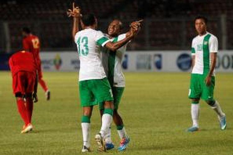 Pemain Indonesia, Roni Esar Feliks Beroperay (kiri) dan Oktovianus Maniani berselebrasi setelah membobol gawang Papua New Guinea pada pertandingan MNC Cup 2013 di Stadion Utama Gelora Bung Karno, Jakarta, Jumat (22/11/2013). Indonesia menang 6-0.