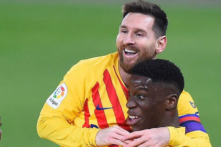 Gelandang Barcelona Ilaix Moriba (kanan) berselebrasi dengan Lionel Messi dan Ousmane Dembele setelah mencetak gol dalam pertandingan Liga Spanyol antara Osasuna vs Barcelona di Stadion El Sadar di Pamplona pada 6 Maret 2021.