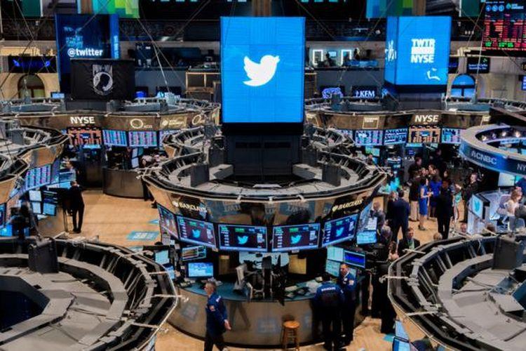 Suasana di bursa saham New York Stock Exchane (NYSE) saat Twitter menawarkan saham perdananya kepada publik, Kamis (7/11/2013).