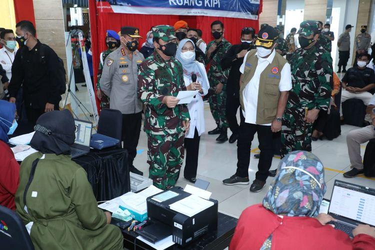 Panglima TNI MarsekalHadi Tjahjanto saat meninjau pelaksanaan vaksinasi bagi kelompok lansia dan keluarga besar TNI-Polri di Gedung Patra Graha Pertamina Cilacap, Jawa Tengah,Jumat (4/6/2021).