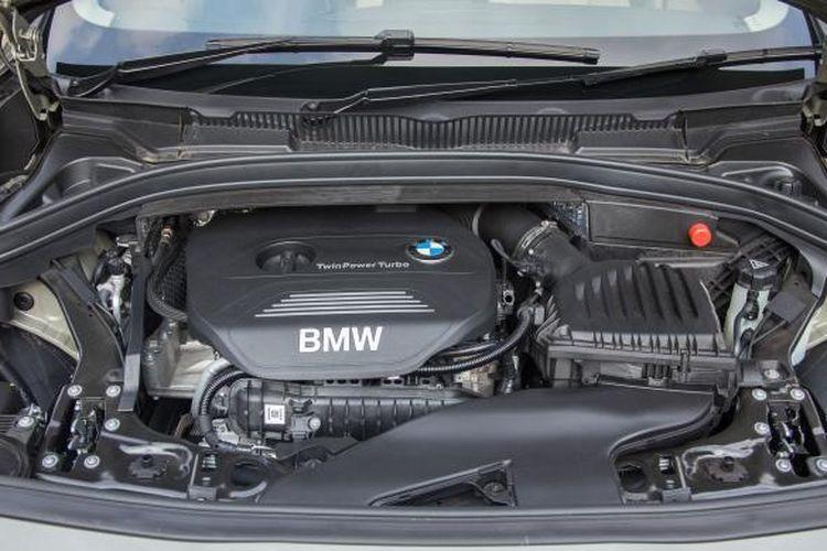 Tampilan ruang mesin BMW Seri 2 Active Tourer, saat difoto di kawasan Parkir Timur Senayan, Jakarta, Jumat (13/3/2015). Didesain untuk 5 penumpang, MPV berpenggerak roda depan pertama BMW itu rencananya akan segera diluncurkan untuk pasar Indonesia. KOMPAS IMAGES/DINO OKTAVIANO