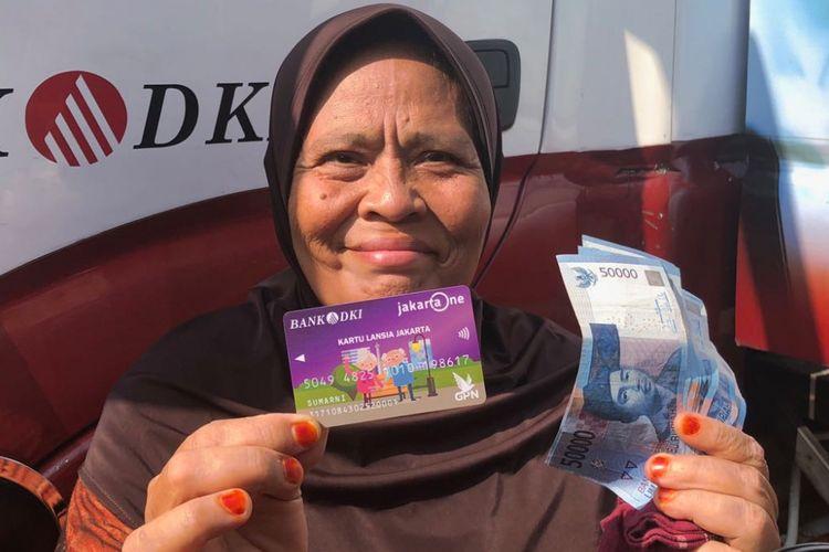 Sumarni (64) menerima Kartu Lansia Jakarta dari Pemprov DKI Jakarta. Sumarni dan penerima KLJ lainnya akan mendapat bantuan Rp 600.000 per bulan.