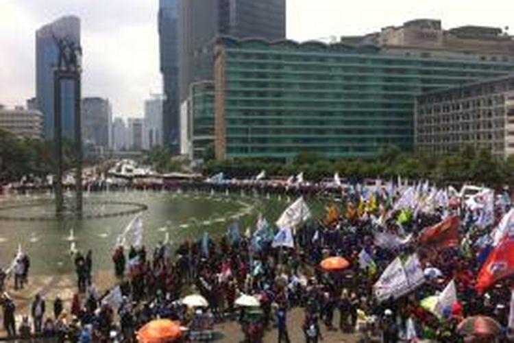 Suasana demo buruh di kawasan Bundaran Hotel Indonesia, Jakarta Pusat, Rabu (10/12/2014).