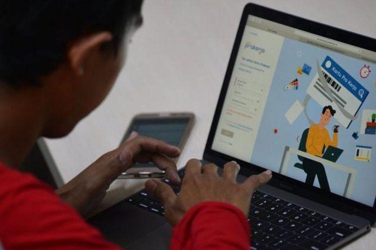 Warga mencari informasi tentang pendaftaran program Kartu Prakerja gelombang kedua di Jakarta, (20/4).