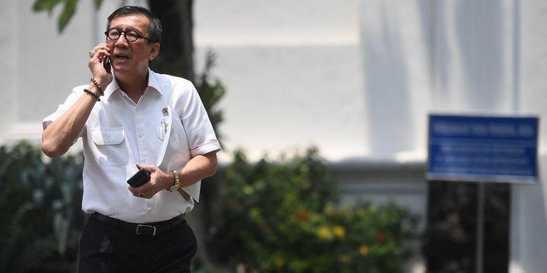 Menkumham Yasonna Laoly berjalan meninggalkan kompleks Istana Kepresidenan usai menghadap Presiden Joko Widodo di Jakarta, Senin (9/9/2019). Presiden memerintahkan Menkumham untuk mempelajari draf revisi UU KPK yang diusulkan oleh DPR. ANTARA FOTO/Akbar Nugroho Gumay/foc.