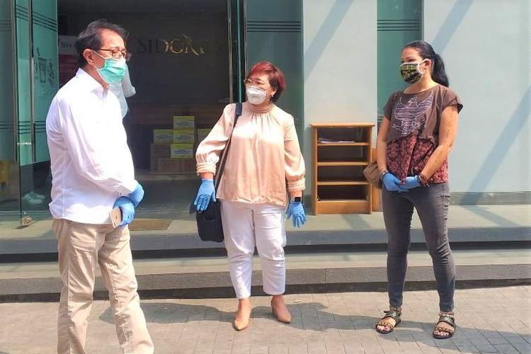 Direktur Sido Muncul Irwan Hidayat (kiri) usai menyerahkan 6.000 paket sembako untuk masyarakat terdampak Covid-19. Irwan bersama Anita Wahid (tengah) dari Jaringan Gusdurian Indonesia dan Melanie Subono (kanan) dari Rumah Harapan di Kantor Sido Muncul, Cipete, Jumat (17/4/2020)