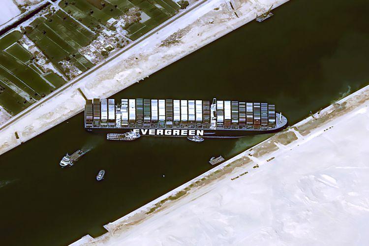 Foto dari satelit Cnes2021, Distribution Airbus DS, pada Kamis (25/3/2021) menunjukkan kapal kargo MV Ever Given yang dioperasikan perusahaan Taiwan, Evergreen Marine Corp, masih tersangkut di Terusan Suez, Mesir. Akibat kecelakaan ini, Terusan Suez macet dan antrean kapal yang hendak melintas mencapai 150 kapal.