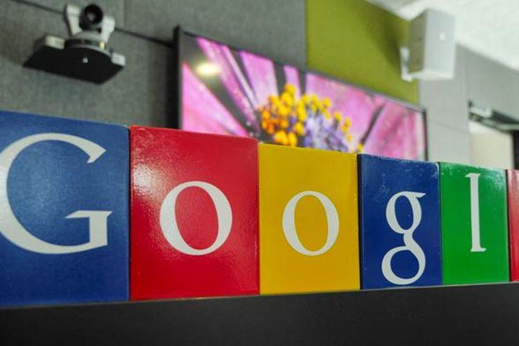Kotak wempat pensil warna-warni disusun membentuk logo Google di kantor Google Indonesia, Jakarta (28/5/2015)