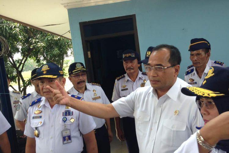 Menteri Perhubungan (Menhub) Budi Karya Sumadi, meninjau fasilitas Jembatan Timbang Balonggandu di Karawang,  Kamis (27/4/2017)