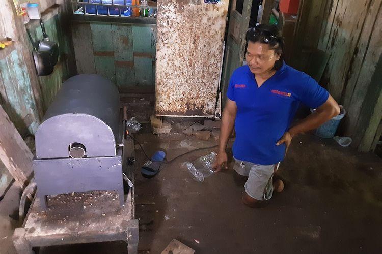 Sugeng, difabel asal Kendal yang pantang menyerah menghadapi pandemi. Saat bisnis sewa sound system hajatan hingga modifikasi motor difabelnya meredup saat PPKM, ia menemukan peluang baru berbisnis merakit alat roasting kopi.