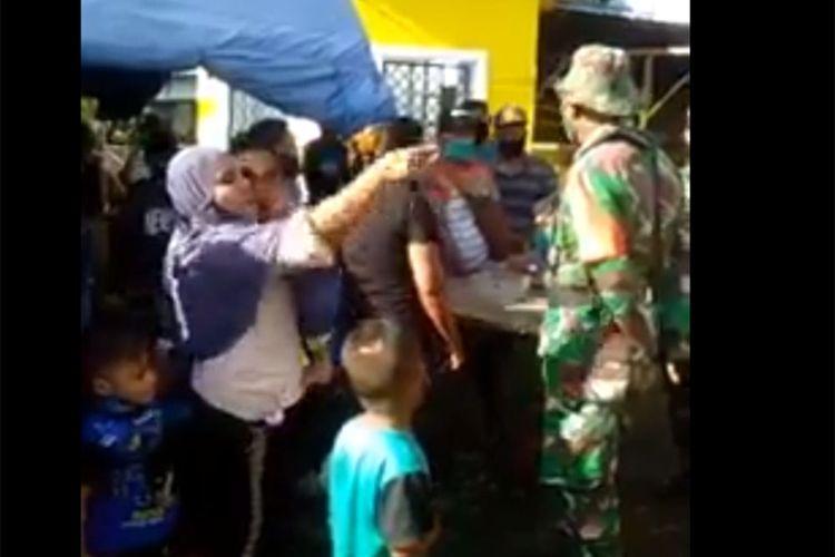 Sejumlah wanita mengamuk kepada petugas yang menjaga perbatasan Provinsi Gorontalo dan Sulawesi Utara karena mereka tidak bisa memasuki Gorontalo. Mereka berasal dari Sulawesi Utara yang ingin mudik ke Gorontalo, mereka mengira PSBB telah berakhir hari ini.